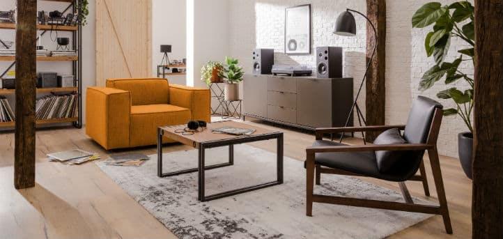 2 verschiedene Wohnzimmersessel mit Couchtisch bei home24