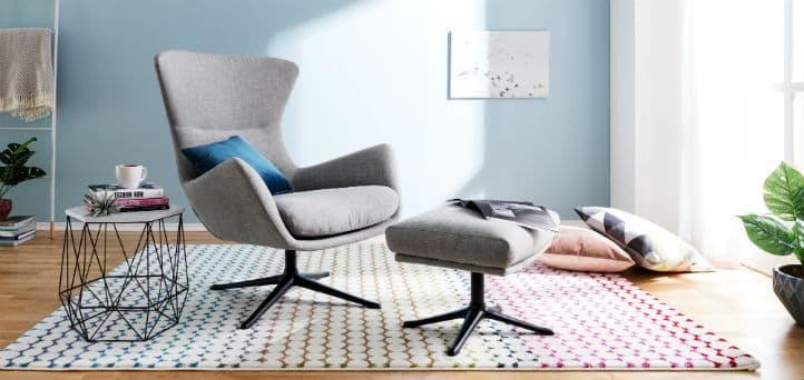 Grauer moderner Sessel aus Stoff mit Hocker bei home24