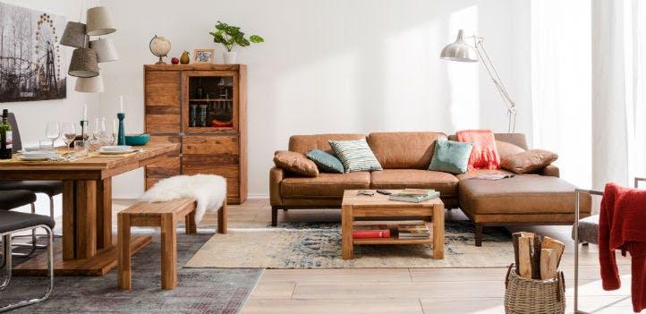 Wohzimmer mit Leder-Ecksofa, Massivholz-Tisch und Highboard - home24