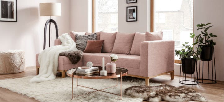Glamour-Sofa in Rosa mit Dekokissen – home24