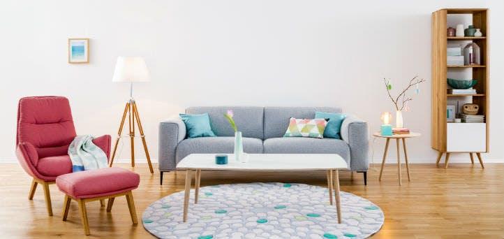 Graues Sofa im skandinavischen Stil kombiniert mit rotem Sessel – home24