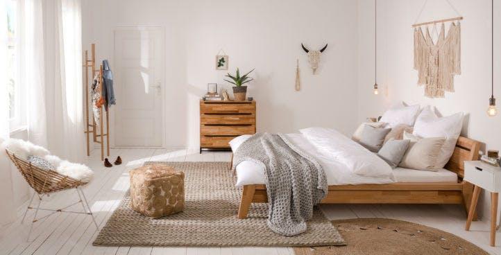 Boho Schlafzimmermöbel: Bett, Kommode und Nachttische aus Holz und natürlichen Materialien
