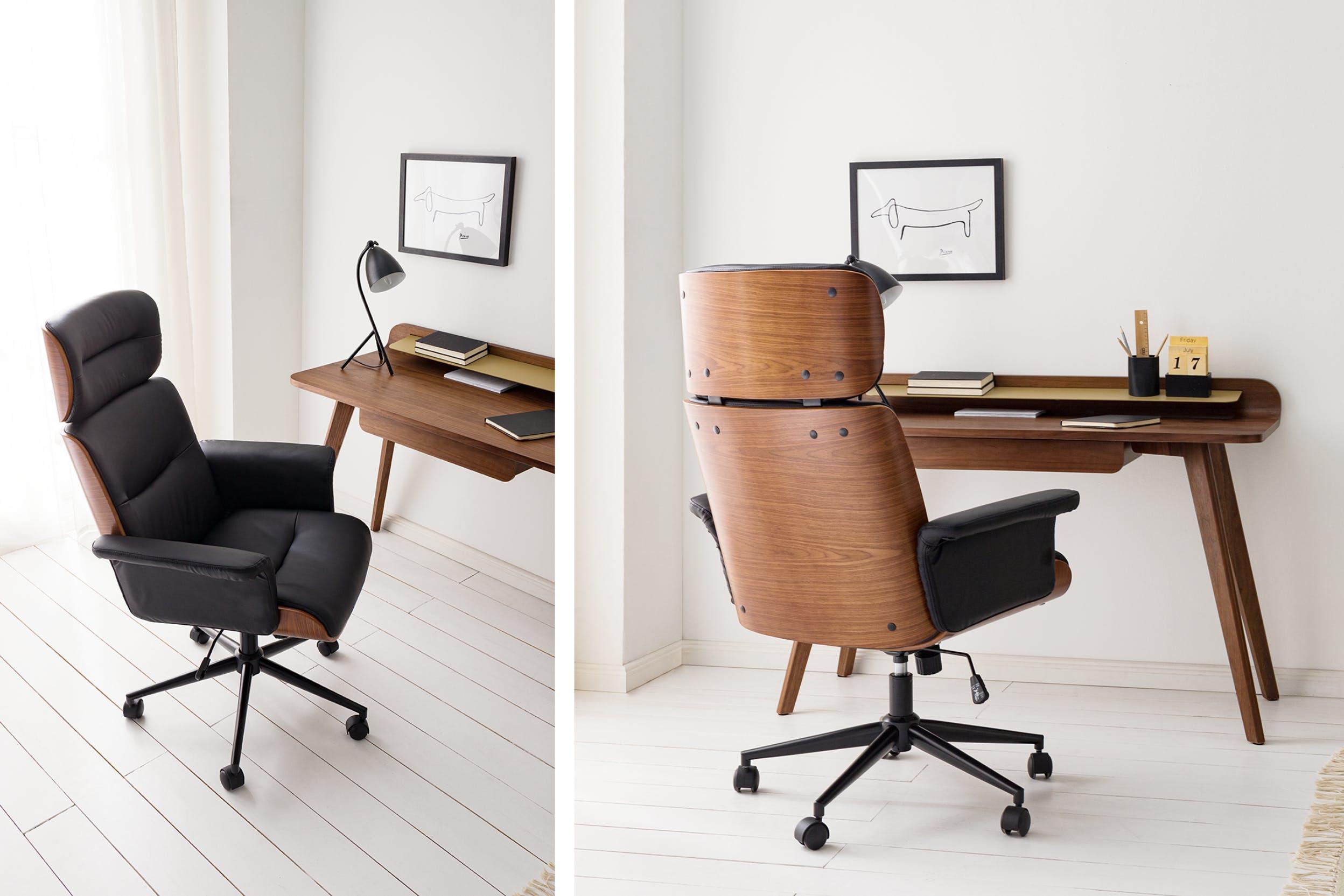 Gepolsterter Bürosessel an Schreibtisch im Wohnzimmer