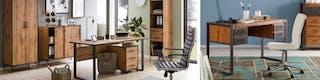 Arbeitszimmer mit ergonomischen Schreibtischstühlen, Schreibtischen aus Holz mit Schubladen und organisierten Regalen