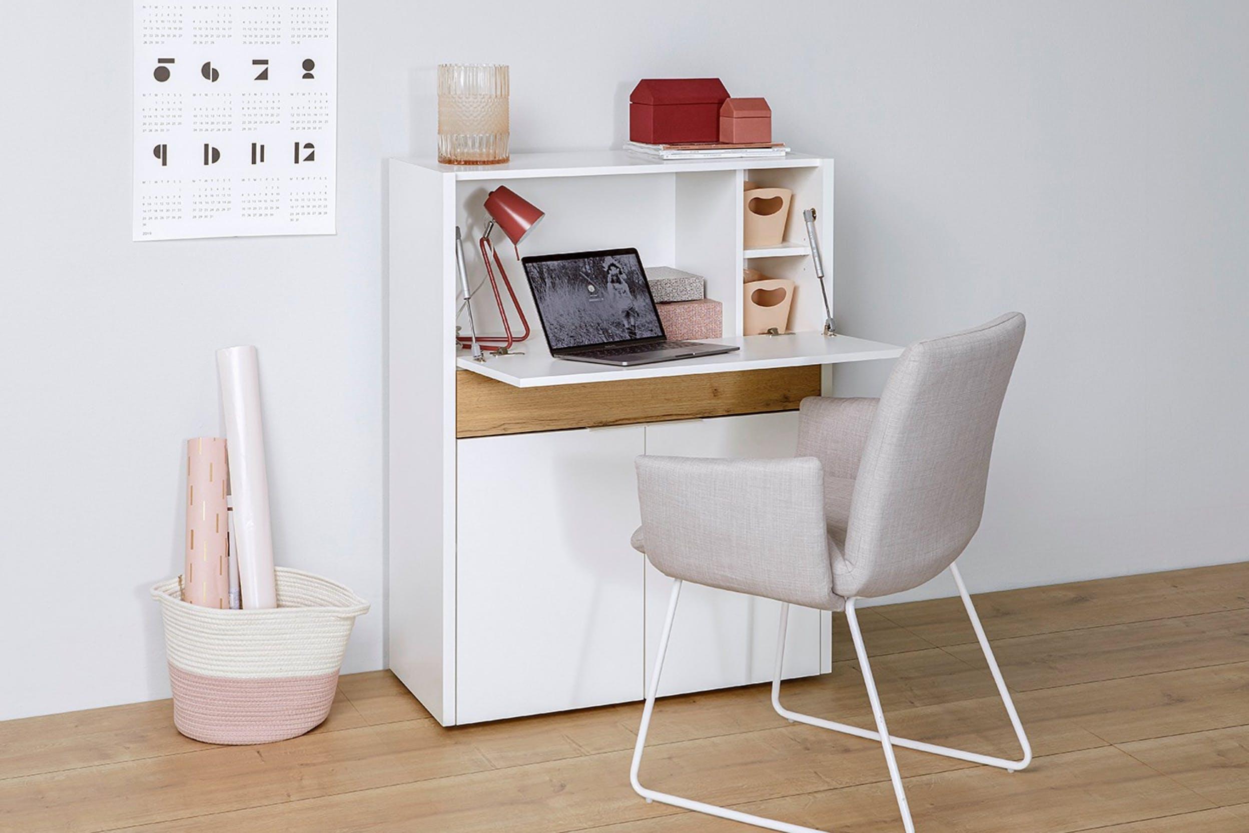 Cleverer Multifunktions-Schrank mit Laptop und bequemem Stuhl