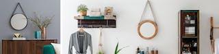 Runde Wandspiegel an weißer und blaugrauer Wand über Sideboard und neben Wandregal hängend