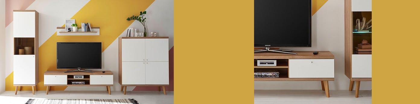 TV-Möbel und Schränke in neutralem Weiß vor Wand mit gelben Farbakzenten