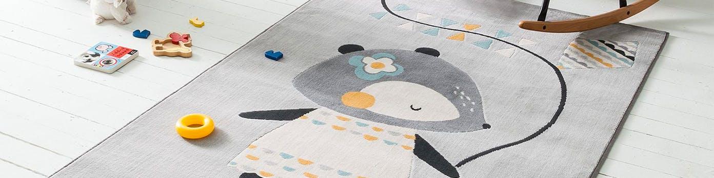 Kinderteppich mit Spielzeug auf dem Boden liegend