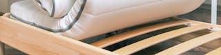 Bettgestell mit Matratze und darunterliegendem Lattenrost