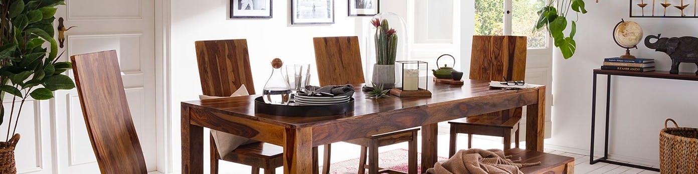 Esstisch und Esszimmerstühle aus Massivholz mit schöner Maserung