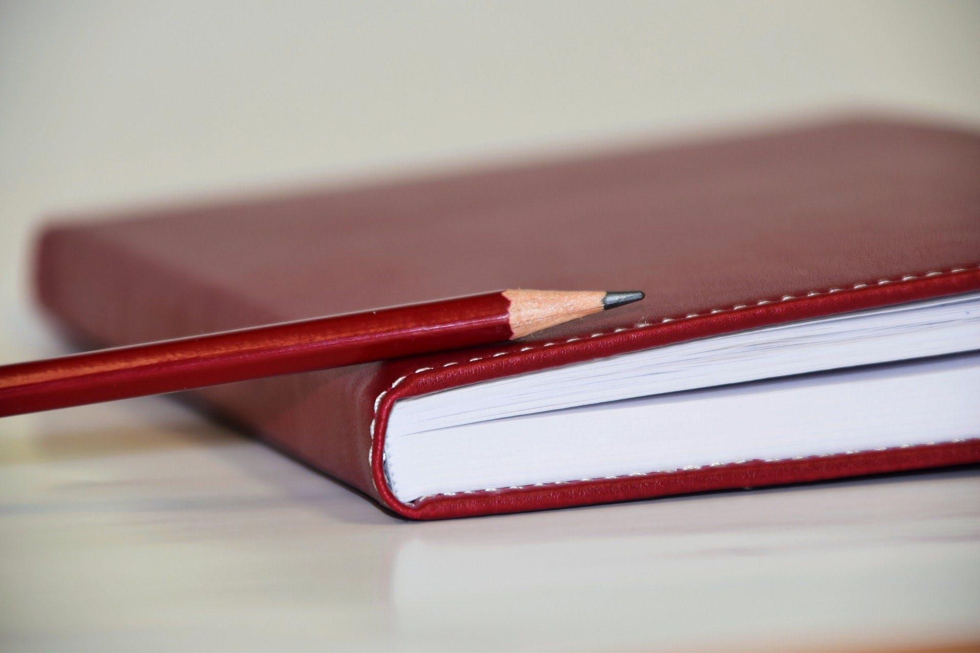 image carnet d'information logement et crayon