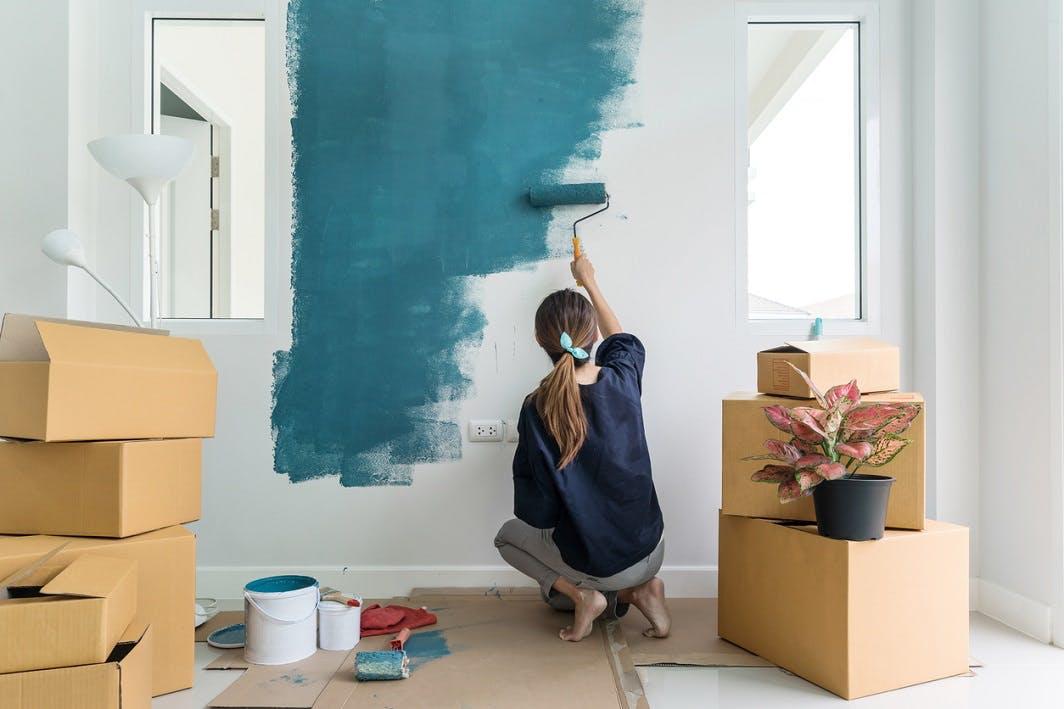 Femme peint appartement