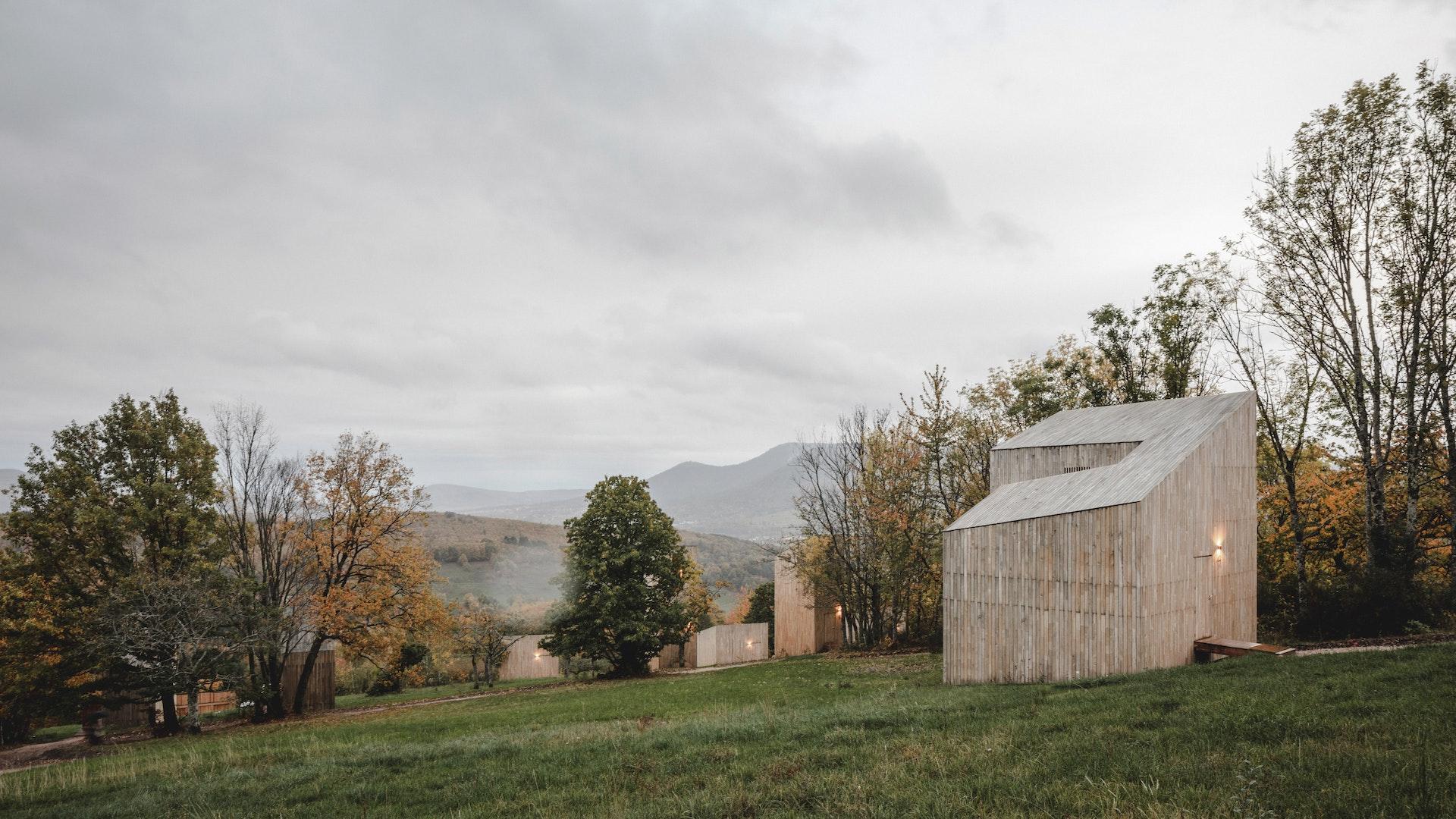 Des hyttes perchées à flan de montagne