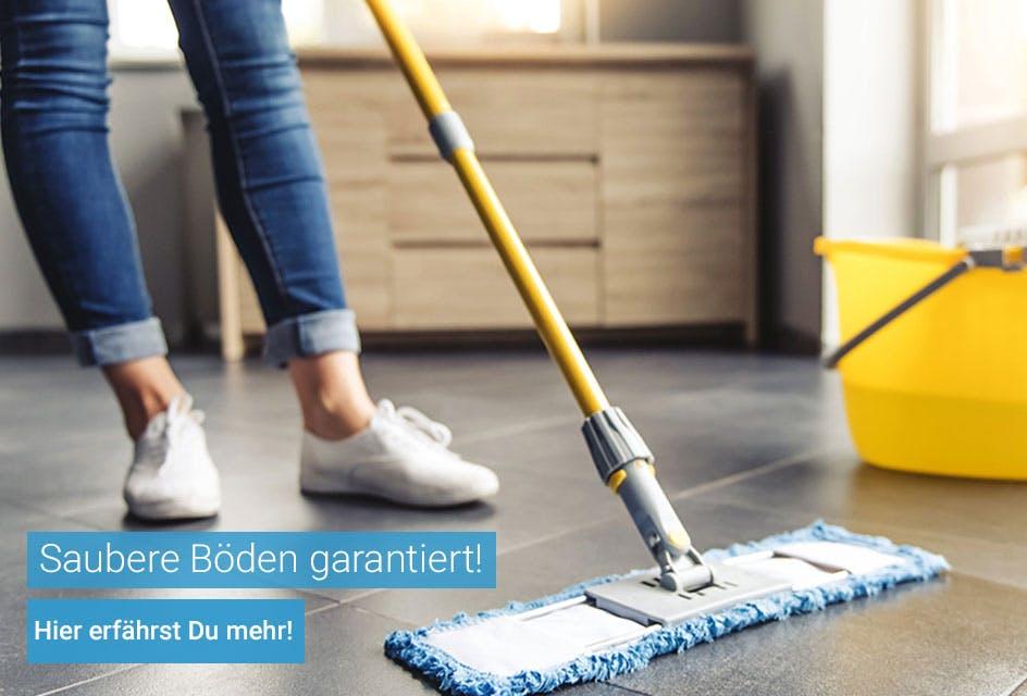 Frau wischt den Boden - saubere Böden
