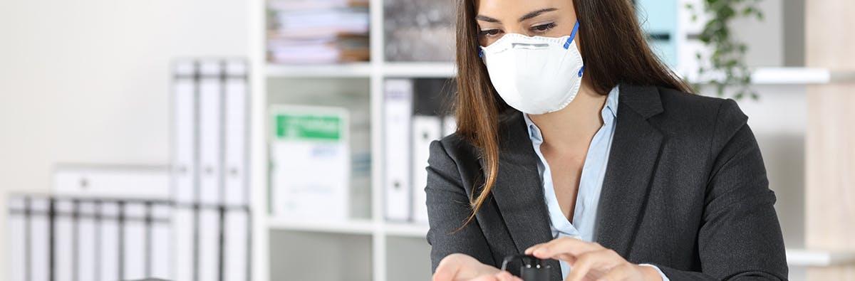 Frau mit Desinfektionsgel