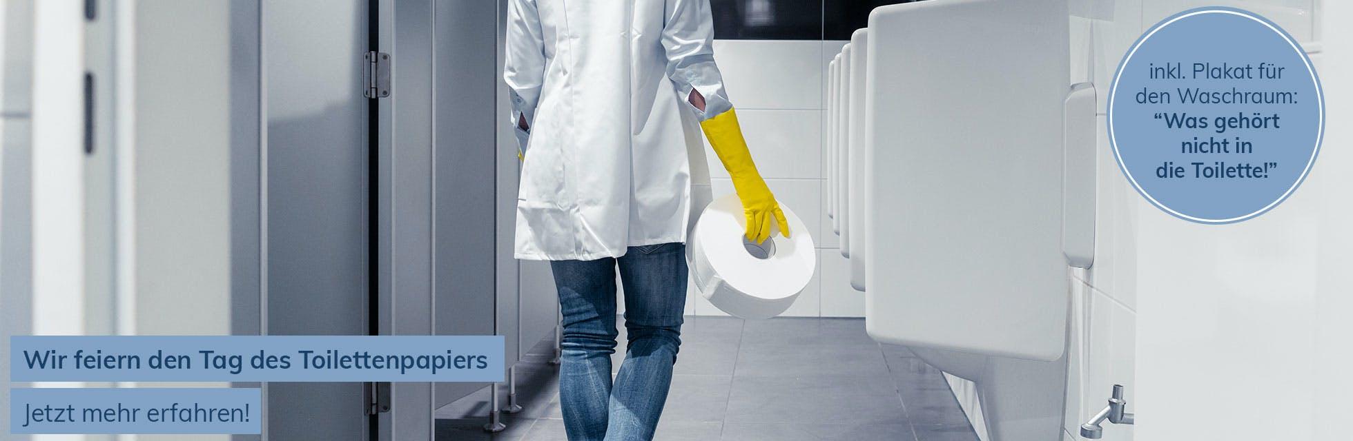 Frau mit Toilettenpapierrolle im Waschraum