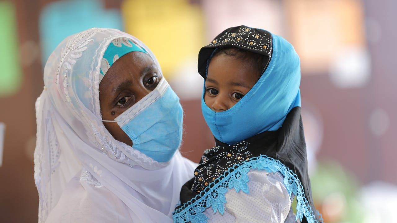 Une mère et son enfant portent un masque pour se protéger contre le COVID-19.
