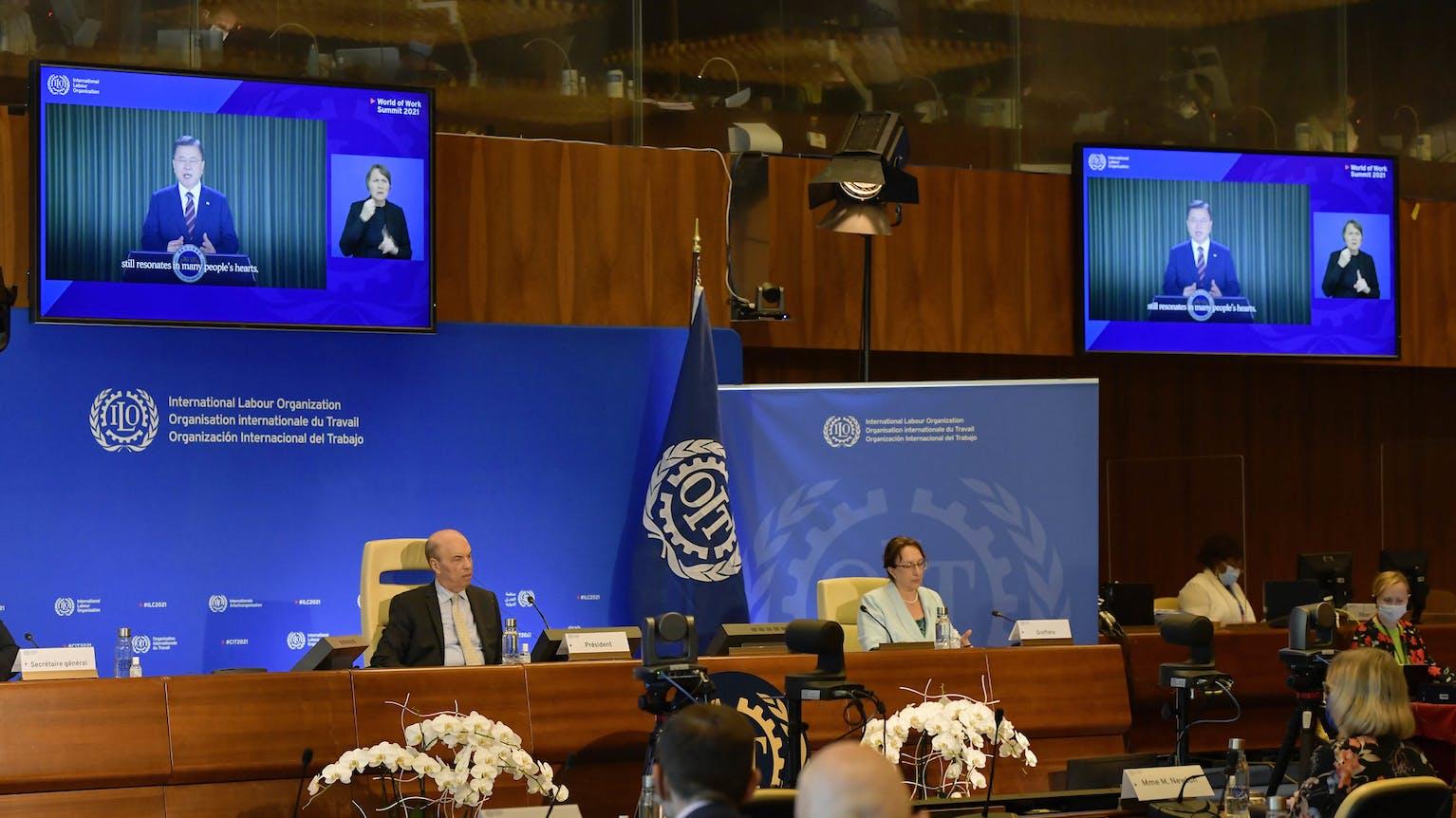 Allocution du Président sud-coréen Moon Jae-in sur écran géant dans le cadre du Sommet du monde du travail de l'OIT.