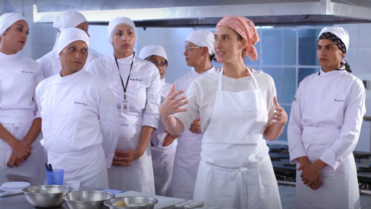 Paola Carosella dirige una clase de cocina.