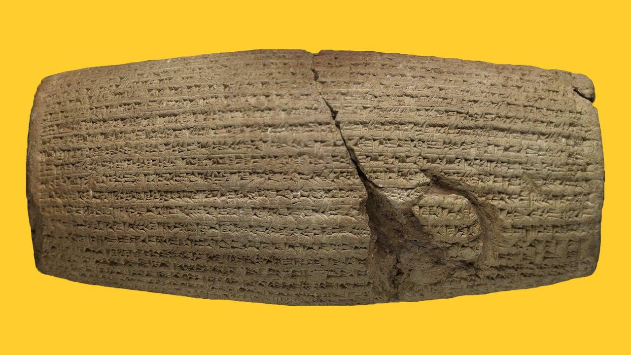Une photographie du Cylindre de Cyrus, un cylindre de marbre du 6ème siècle avant J.-C., sculpté en écriture cunéiforme akkadienne au nom du roi achéménide de Perse, Cyrus le Grand.