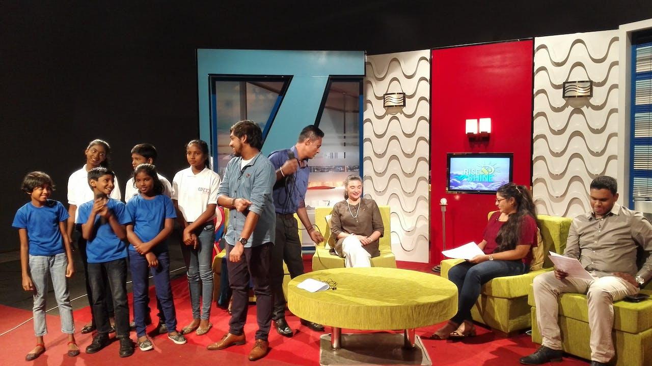 Ridma Weerawardena interprète « Let them fly », une chanson sur le travail des enfants, à la télévision nationale.