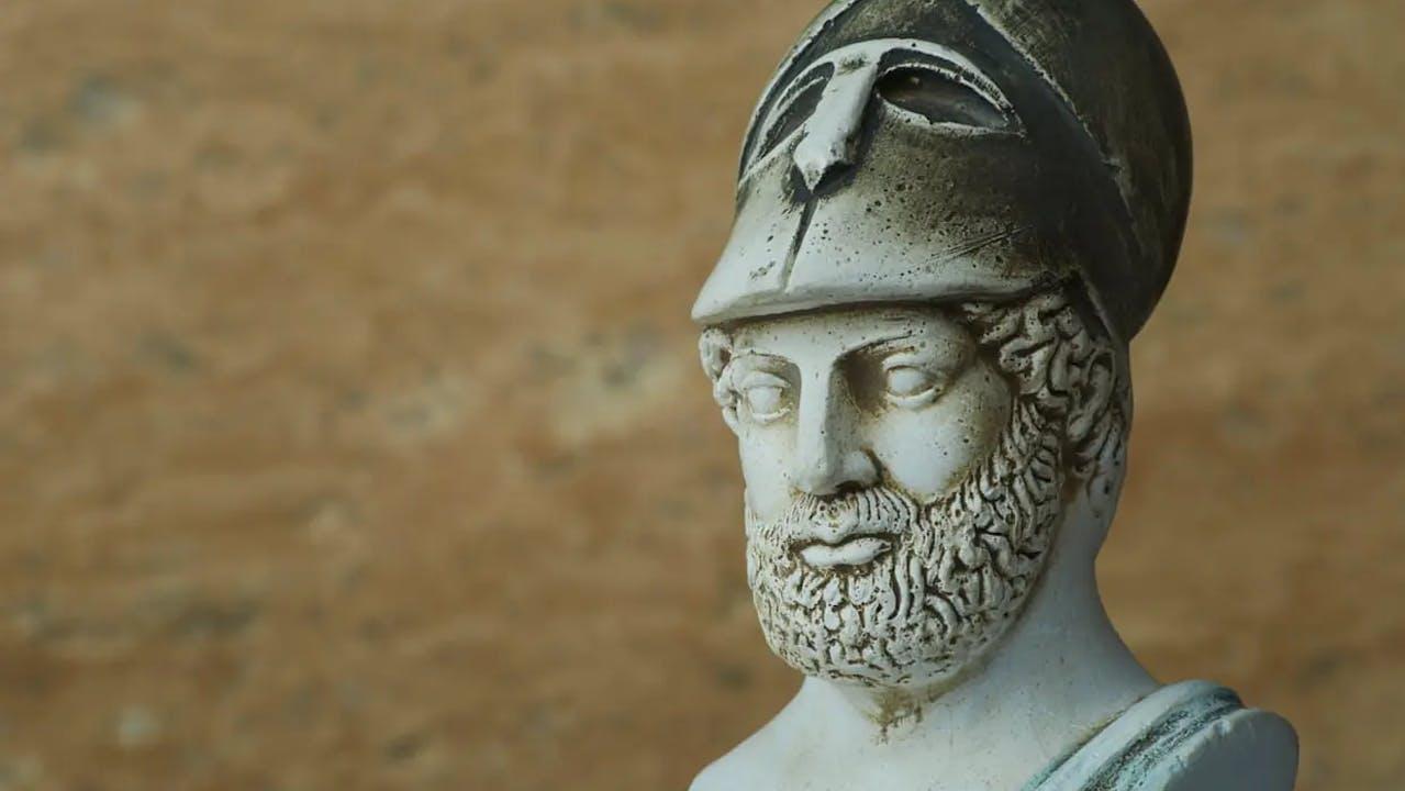 Un buste de Périclès portant un casque, l'homme d'État athénien le plus célèbre et le plus influent de la Grèce antique.