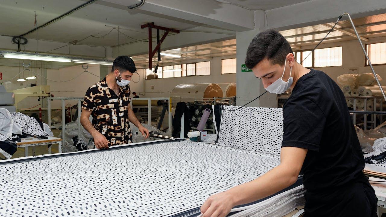 Travailleurs d'une petite entreprise textile en Turquie