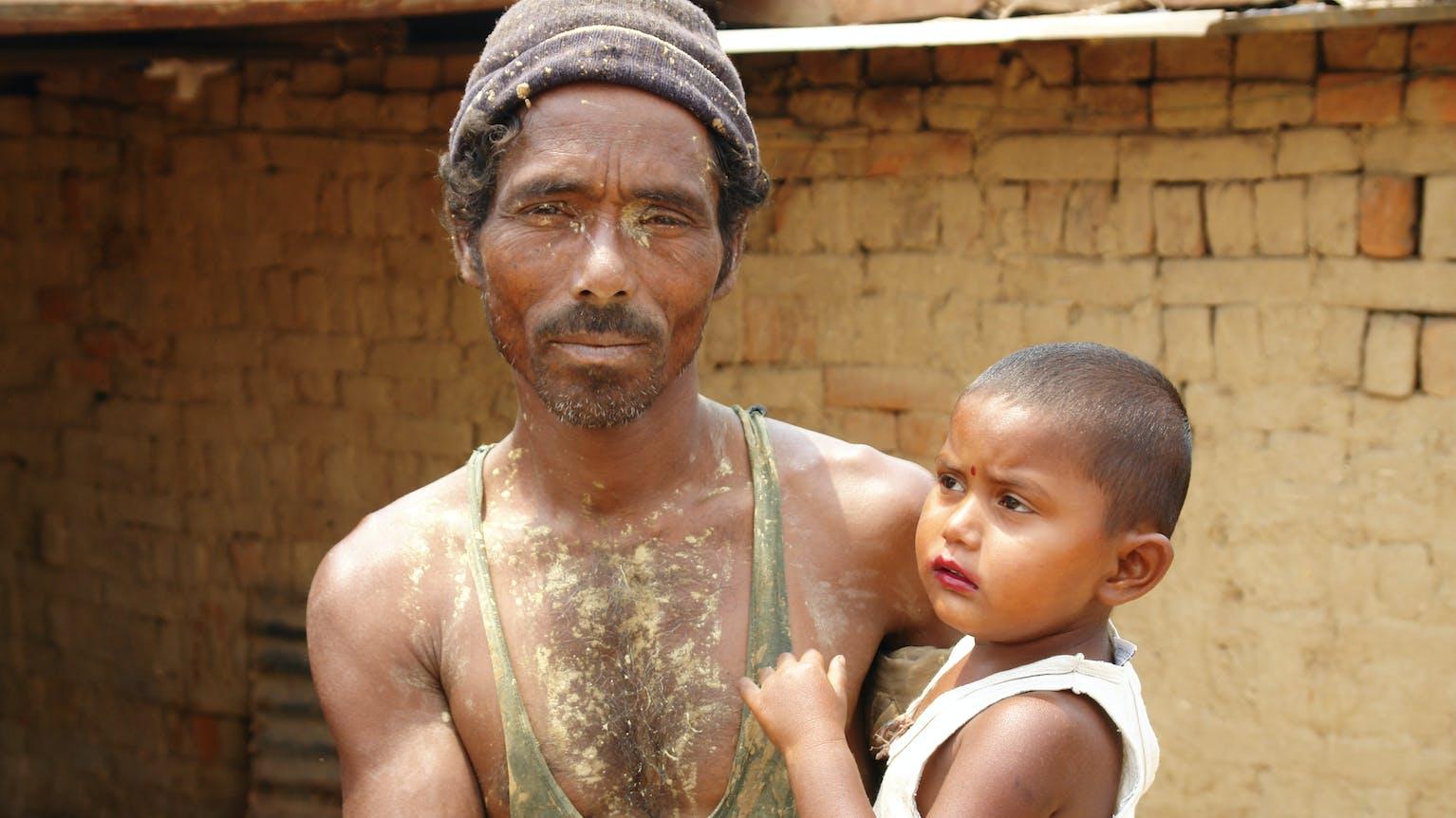 Un père et son fils dans un des des secteurs clés du travail forcé.