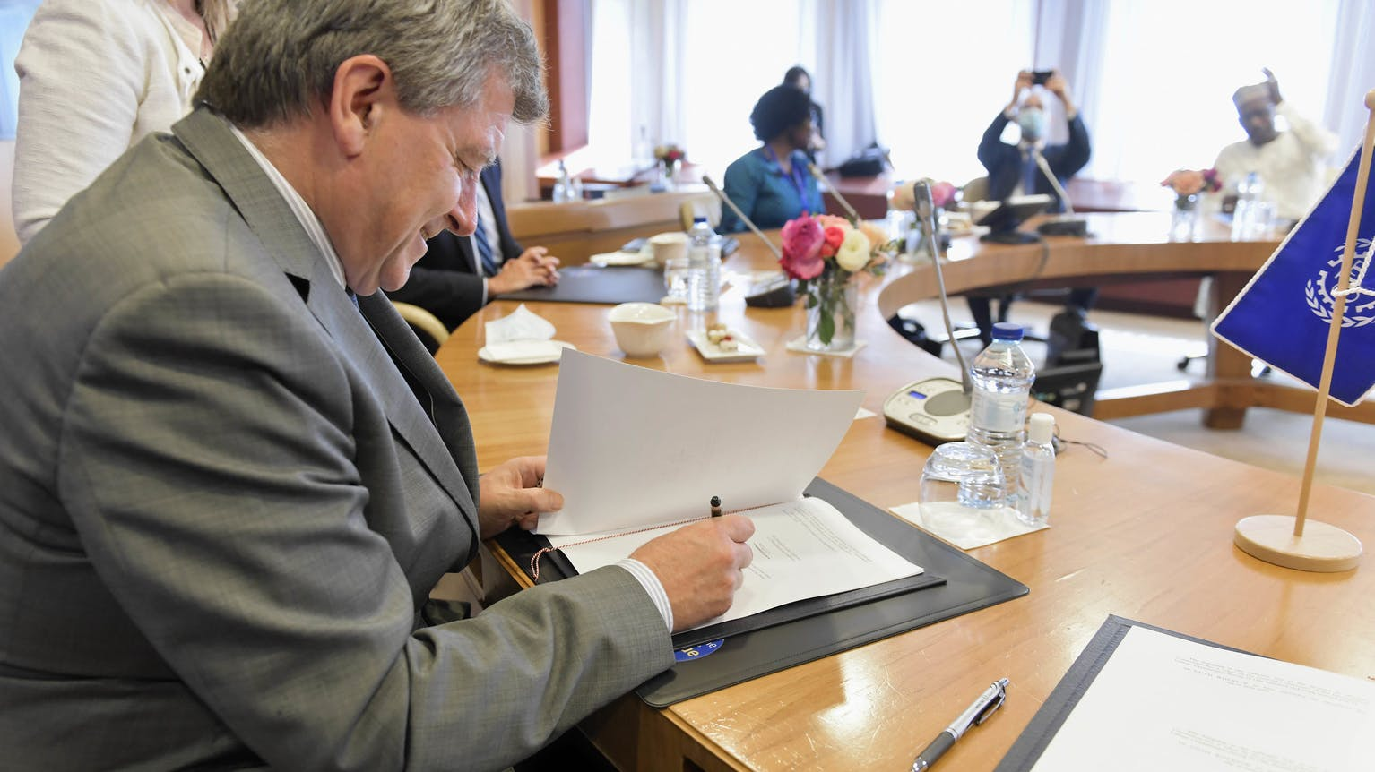 Guy Ryder, Directeur général de l'OIT, lors de la clôture de la session de juin de la 109e Conférence internationale du Travail. Cérémonie de signature. Samedi 19 juin.