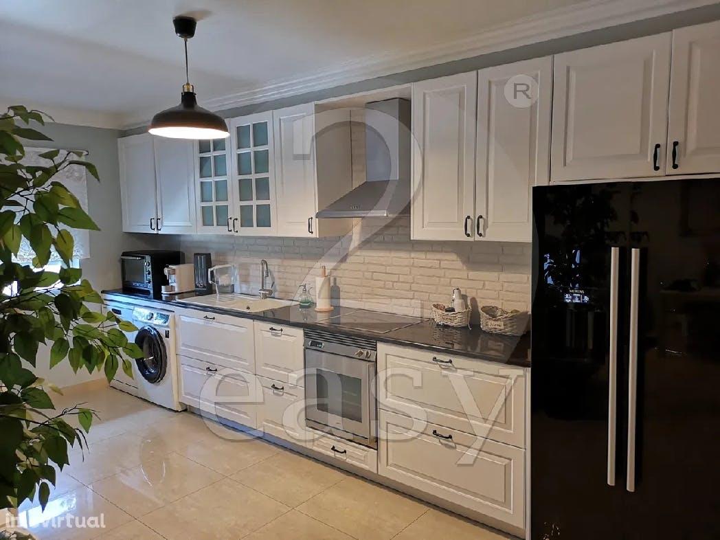 cozinha estilo farmhouse num apartamento t1 em mafra