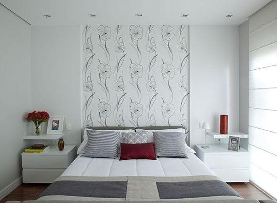 quarto com cabeceira de cama delimitada por papel de parede fonte pinterest