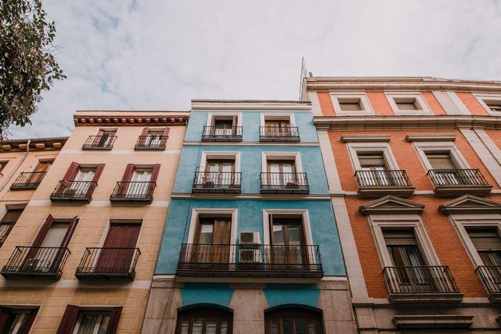 Comprou uma casa com dívidas ao condomínio? Saiba o que pode fazer.