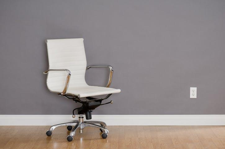 cadeira de escritório branca com rodas e repouso para braços
