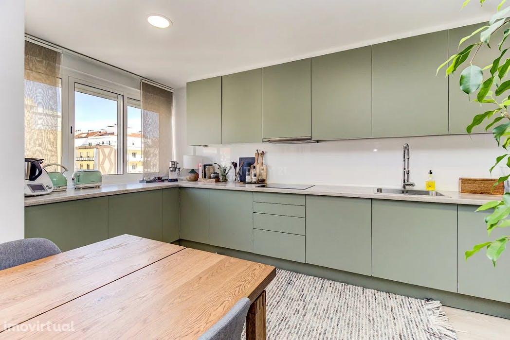 """cozinha em formato """"L"""" verde seco em apartamento t2 na venteira amadora"""