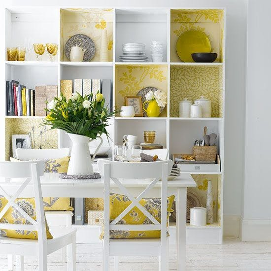 estante decorada com papel de parede fonte pinterest