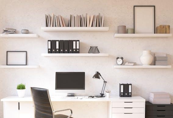 escritório em casa com arrumação para arquivos, uma secretária espaçosa e uma cadeira ergonómica