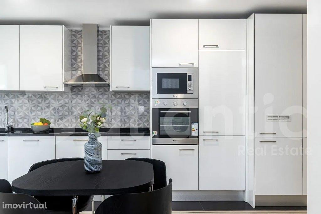 cozinha com azuleijo tradicional português em apartamento t2 em benfica