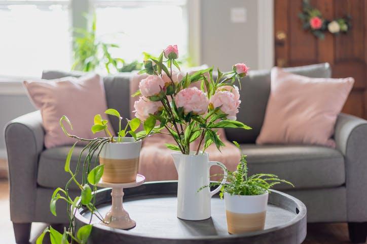 ramo de rosas a enfeitar sala de estar