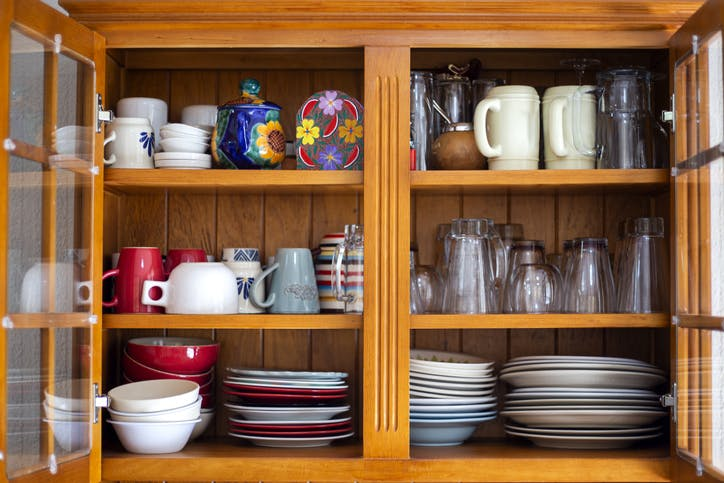 móvel com pratos, canecas, copos e outros utensílios de cozinha