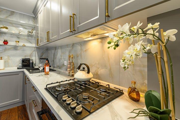 cozinha moderna com flores brancas organizada