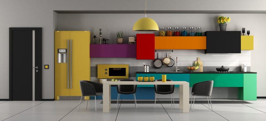 cozinha com arrumação por cima dos armários