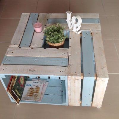 mesa de centro feita com caixas de madeira