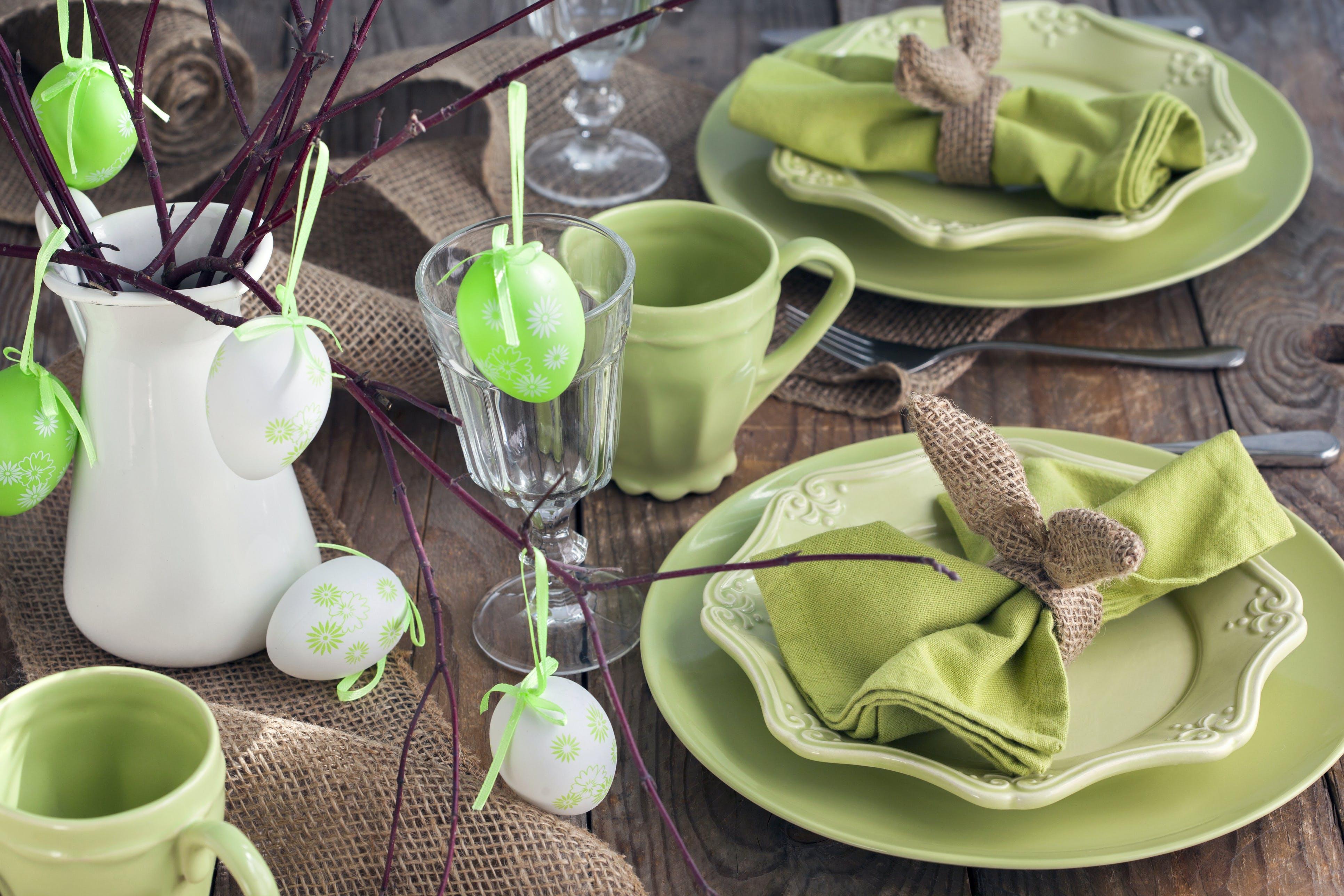 mesa de páscoa em tons verdes decorada com ovos