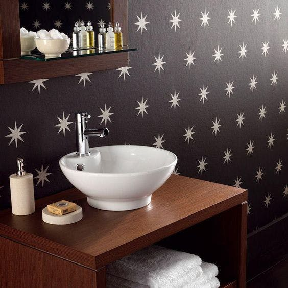 casa de banho com papel de parede resistente à humidade fonte pinterest