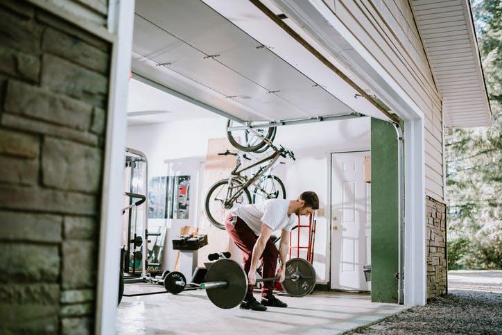 homem a fazer exercício na garagem