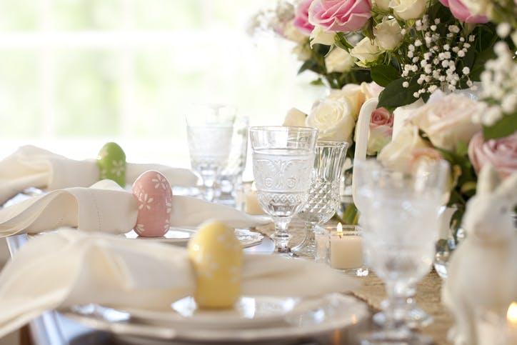 mesa de páscoa decorada com lugares marcados