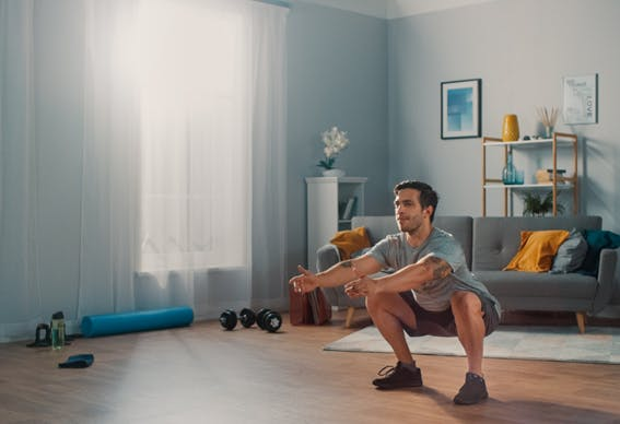 treino de pernas na sala de casa