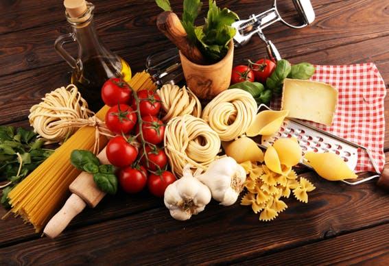 mesa com ingredientes típicos italianos frescos