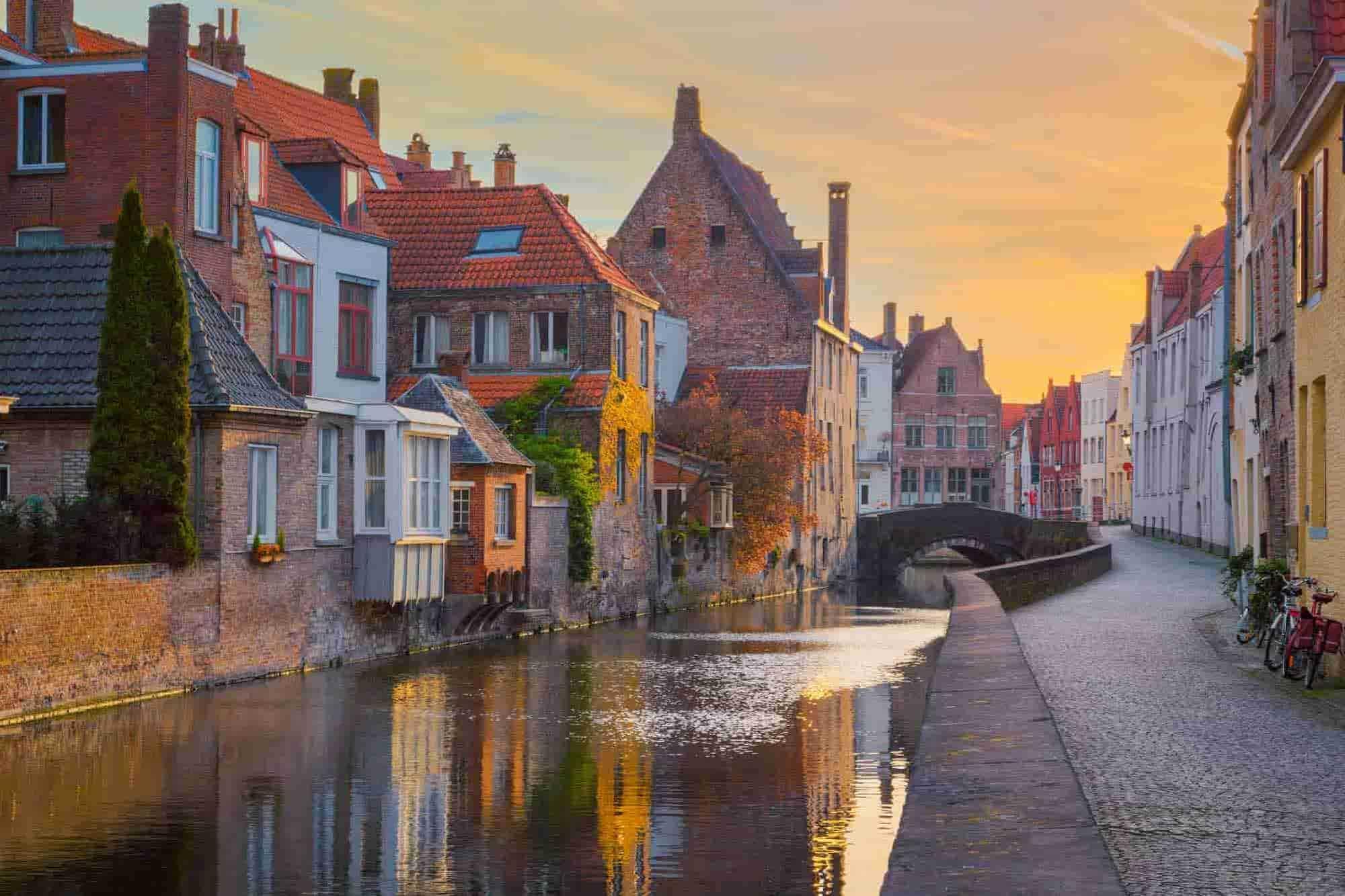 Sonnenuntergang in einer typischen Nachbarschaft findest Du auf einem Roadtrip nach Brüssel