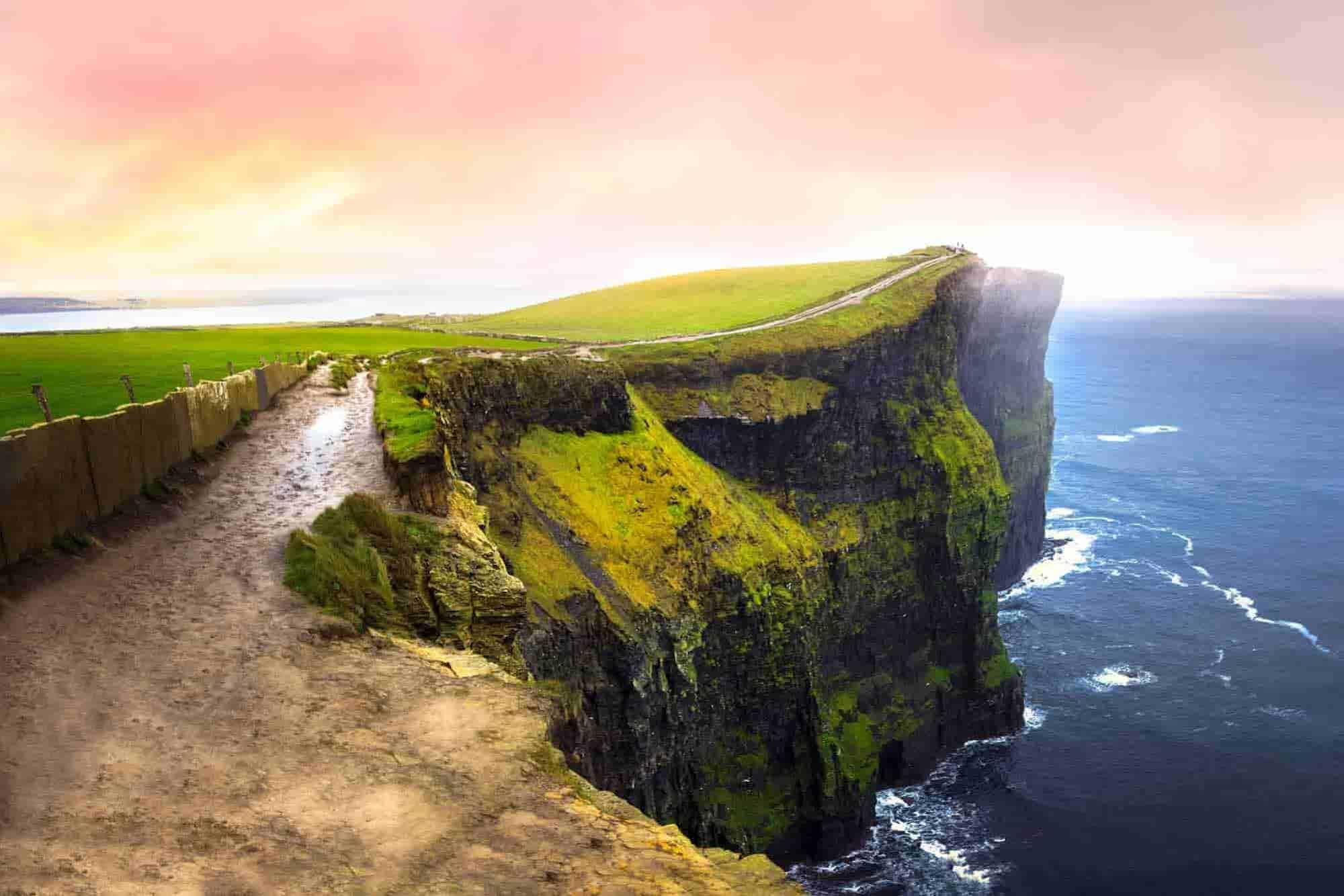 Klippen in Irland auf einem deiner Irland Road Trip-Ziele